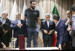اهدای نشان های قهرمانان ورزشی به موزه ملی ورزش